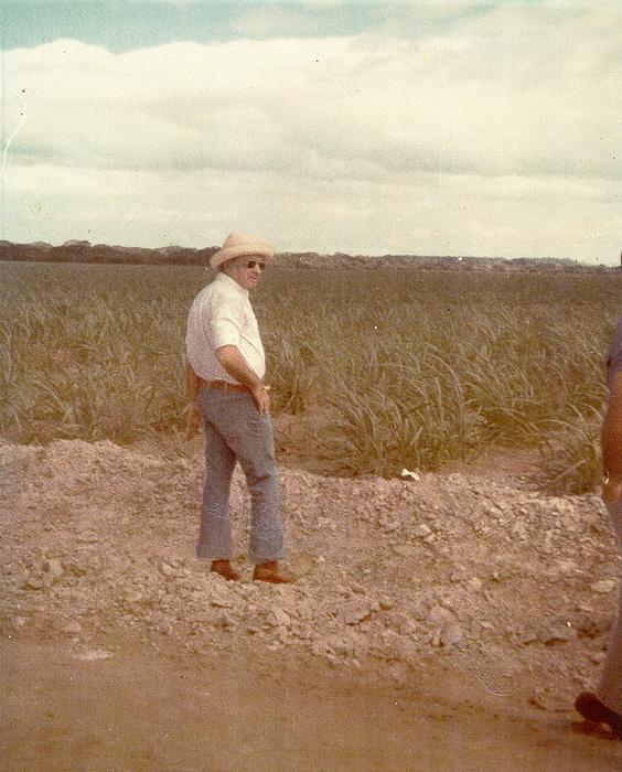 Don Daniel Oduber Quiros(Presidente de Costa Rica periodo 1974 a 1978).  Observando cañales recien sembrados en la seccion de polvazales, en el antiguo campo de aterrizaje en Polvazales.