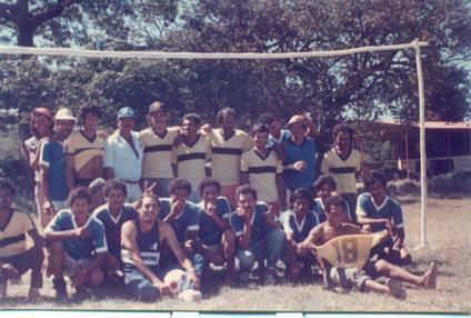 Fiesta Navidad Birmania 1983. Partido de fútbol entre Tigres (mantenimiento) versus Monos (riego)