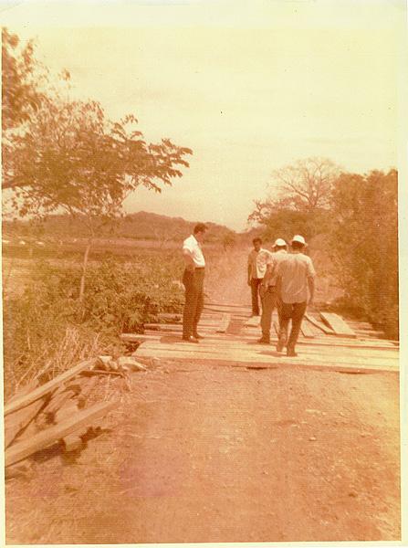Puente de tabla sobre travesaños, que comunicaba CATSA CAMPO con CATSA INGENIO (Hoy puente rojo sobre el río Liberia). Encargado de la obra Rafael Mata.
