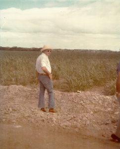 Don Daniel Oduber Quiros (Presidente de Costa Rica periodo 1974 a 1978). Observando cañales recien sembrados en la seccion de polvazales, en el antiguo campo de aterrizaje en Polvazales.